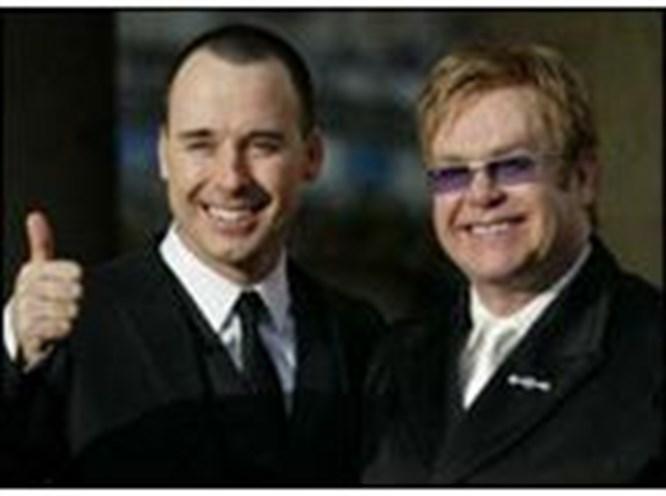 Elton John giysilerini satıyor!